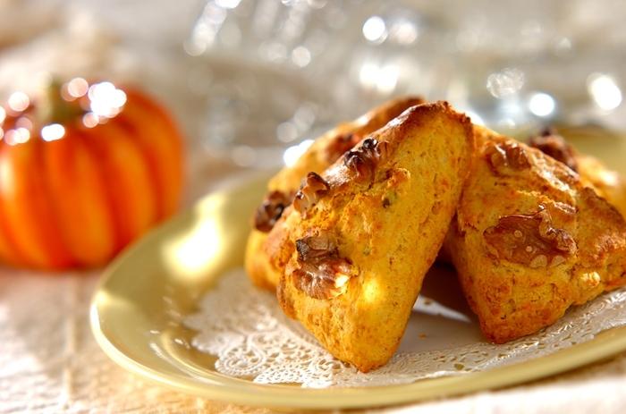 カボチャとホットケーキミックスで作る、ハロウィンにもおすすめのスコーン。カボチャの甘みを生かして、お砂糖は使用していません。クルミを加えることで、食べごたえもたっぷりに♪