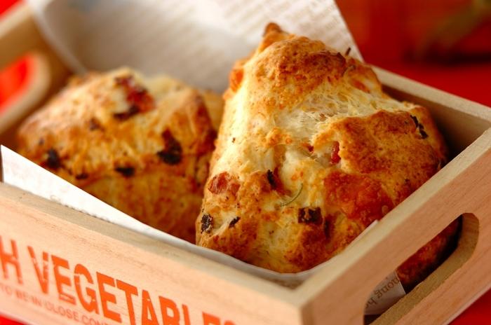 朝食の王道、チーズとベーコンを使ったスコーン。前日の夜に作っておけば、朝は焼くだけでOK!粉チーズとピザ用チーズを使用していますが、いろんなチーズでアレンジしてみるのも楽しそう◎