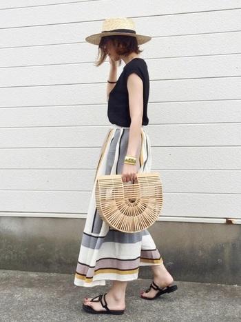 シックな色やデザインが素敵なロングスカートに、きらりと光る小物をプラスした大人コーデ。サングラスや小物使いで大人っぽく目を惹くスタイルです。