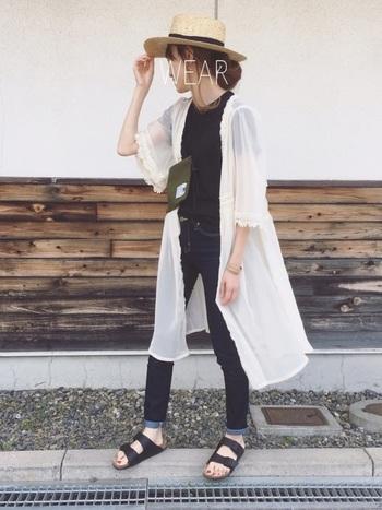 シンプルなスタイルに、透け感のあるレースガウンワンピをふわりと羽織れば、甘さがプラスされてぐっと女の子らしくなります。軽やかで涼し気な雰囲気になりますね。