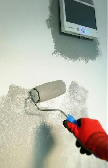 ペンキの缶を軽く振り、適量取り出します。 大きな範囲を塗る場合は、ローラーが大活躍してくれます。 トレイの凹凸部分でころがしておくと、つきすぎやムラを防いでくれます。