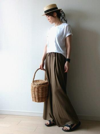 ブラウンのマキシスカートにシンプルな白Tを合わせて、帽子&カゴバッグで大人可愛く。小物の黒が効いて素敵。