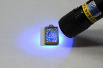 UVレジン液を使ったアクセサリー作りに必要になる基本的な道具をご紹介します。 (A)「つまようじ」は、UVレジンを流し込んだときにできる気泡をつぶすために使います。また、UVレジンに色をつける顔料や染料を混ぜるときにも使用できます。 (B)「ピンセット」は、小さなパーツやペーパーを配置するときに使います。 (C)「シリコンマット」はフレームパーツなど底のないパーツにレジンを流し込むときに下にひくと、硬化させてもくっつかずきれいに取り外せます。 (D)「UVライト(UVレジンランプ・紫外線照射器)」を使えば、短時間でUVレジン液を固めることができます。