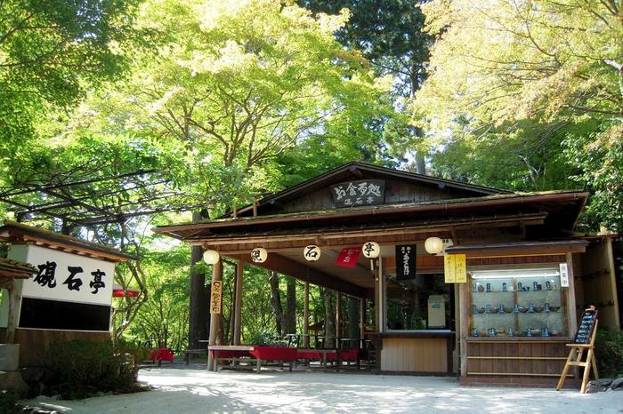 「硯石亭(すずりいしてい)」は、高雄茶屋の先。緑豊かな高雄の自然が満喫できる人気の茶店です。