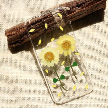 押し花が閉じ込められたスマートフォンケースは、向日葵をイメージ。手に取るたびに夏の思い出を見つめている気分になれそう。  みずみずしさを感じるクリアな素材感も、夏感たっぷり。