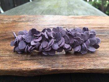 本革でできたお花のバレッタは、使えば使うほどしなやかさが増して、愛着がより深まりそうな一品。  淡い彩りが大人の華やかさをプラスしてくれます。