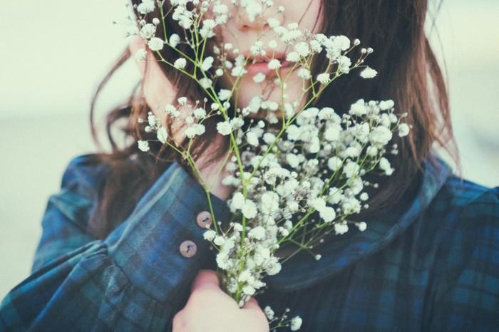 身につけるお花も、お出かけに連れて行くお花も、お部屋を彩るお花も、どれもそれぞれの顔があって。 優しいお花も、凛としたお花も、シックなお花も、共通して言えることはいつでもその場を、精一杯華やかに彩ってくれているということ。たくさんのお花に囲まれた暮らしも素敵だけれど、大好きなお花のアイテムを一つだけそばに置いてみるとより魅力がわかるかもしれません。  あなたはどんなお花が好きですか?