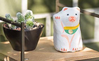 日本で一番有名な縁起物?招き猫の張り子です。右手は金運を呼ぶとされています。柔らかなラインと手書きの線が優しい招き猫ですね。