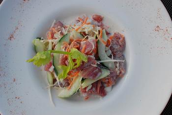 海に囲まれた土地柄、新鮮な魚もよく食卓に並びます。こちらはタヒチアン料理の「ポワソン・クリュ」。マグロなどの新鮮な魚をレモンでマリネし、お好みの野菜とココナッツミルクであえた一品です。  お店によって異なる味わいを楽しみましょう。