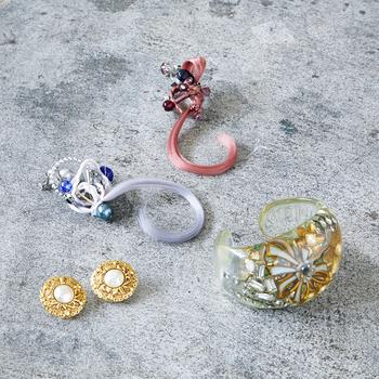 左から時計回りにシャネルのイヤリング、 Gusucumaのイヤリング2点、RUKAのバングル