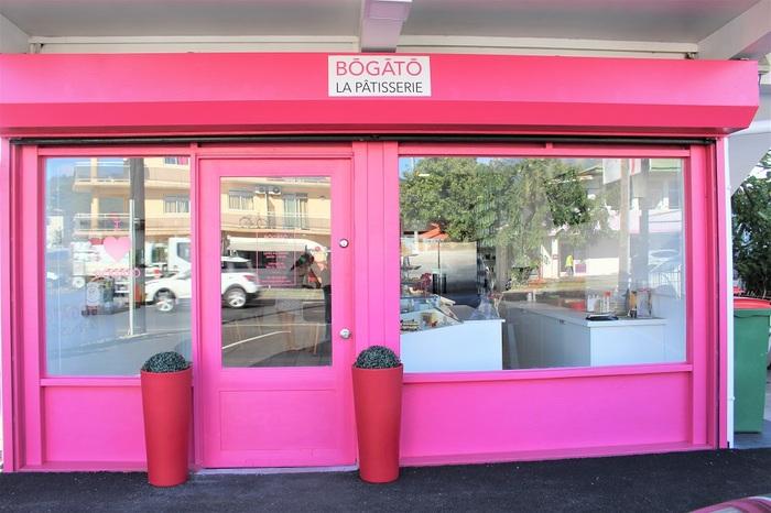 タヒチで一番新しいパティスリー「BŌGĀTŌ(ボーガトー)」。店名通り美しいケーキ(beau gâteau)がたっぷり待っています。ピンクの外観がキュート♪ パペーテ市のプリンスヒノイ通りにあります。