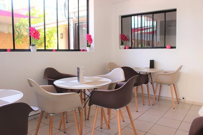 シンプルなカフェスペースで食べることもできます。外には日よけつきのソファ席も◎