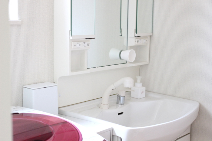 洗面台にモノがたくさん置いてあると掃除の手間がかかってしまうので、できるだけフラットな面を多くして、さっと拭けるようにするのがポイントです。特に洗面所のコップは水滴が底に残ってしまいがちで、じめじめシーズンは水垢の温床に…。鏡に吸盤でくっつけるコップなら、そな心配もいりません。