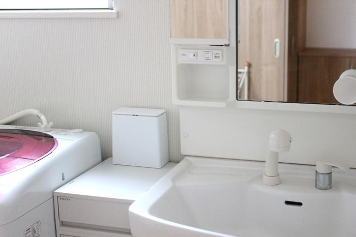 洗面所のゴミ箱は、床に置いている方はほとんどでは?でも、床に置いてあるものがなくなると、お掃除のラクチン加減が全く変わるんです。  コットンなどは使った後、かがまずに捨てられるので導線面も良いんですよ。ごみ箱を上に移動させるというありそうでなかったアイデアを、ぜひ試してみてください。