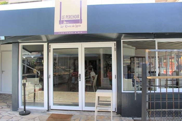 タヒチの首都、パペーテ市のショッピングセンター「ヴァイマショッピングセンター」の2階にニューオープンしたお店。 元は隣のモーレア島にオープンしたパティスリー「Les Rêves de Lucie(レ・レーヴ・デュ・ルーシー)」が、人気になりヴァイマショッピングセンターにパティスリーをオープン。その後、場所を移転して、食事も楽しめる場所になりました。