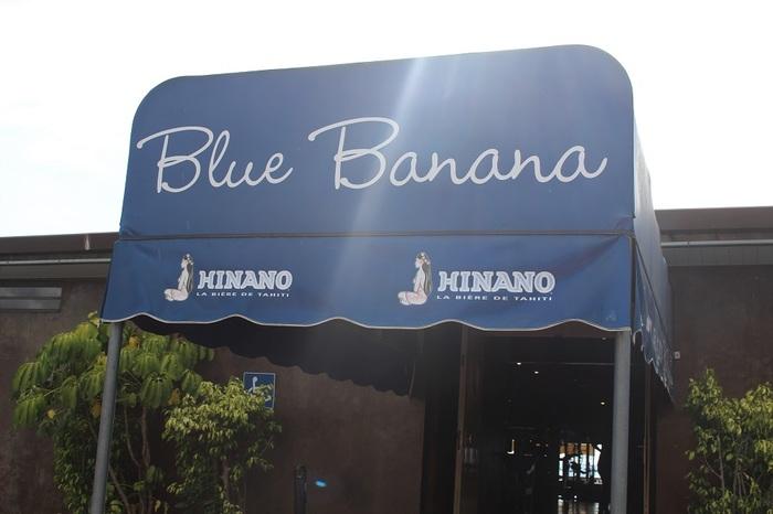先日、俳優のジョニー・デップも訪れたと話題のカジュアルレストラン「Blue Banana(ブルーバナナ)」。場所はプナアウイア市。マナバスイートリゾートホテルから徒歩10分ほどの海側の場所です。