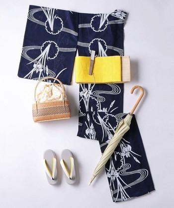 流線に流れる水とそこに佇む菖蒲を描いた素敵なデザインの浴衣です。濃紺と白の菖蒲の浴衣は、凛とした印象を与えることができます。小物で遊ぶ場合もしっかりしたデザインのカゴや扇子の方が、より浴衣を引き立たせてくれますよ。
