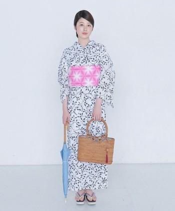 萩が絡まり放物線を描いている竺仙(ちくせん)の浴衣。大人っぽく粋に着こなしたい一枚です。合わせる帯の色によっても表情を変えられます。