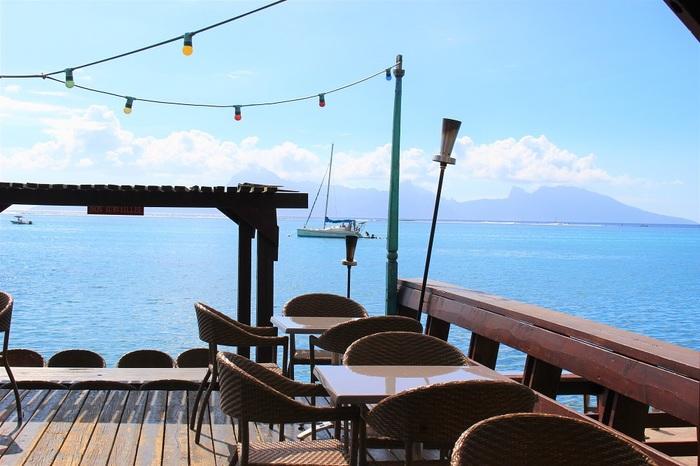 人気のテラス席は、モーレア島ビューが楽しめます。夜はモーレア島の眺めは楽しめないけど、ライトが灯って、とってもロマンティックに。