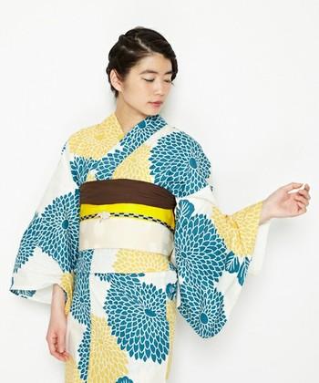 打ち上げ花火のように大輪に咲き誇った牡丹。牡丹は小さい柄より比較的全体に大きめに描かれているものが多く見られます。牡丹の柄の浴衣は、華やかで大胆なコーディネートが似合います。