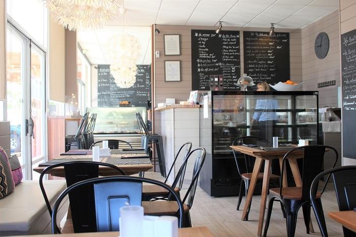 フランスのカフェのような素敵な内装。ケーキとお茶はもちろん、お食事も楽しめます。