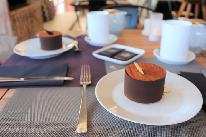 ゆったりくつろぎつつも、おいしいケーキに顔がほころびます。スタッフは英語も話せます。