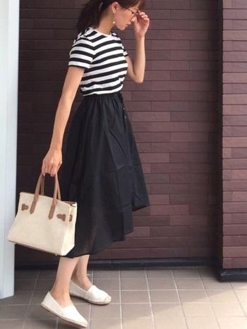 トレンドのハイウエストスカート×ボーダーTシャツのコーデです。着回し抜群のボーダーTシャツもトレンドアイテムと組み合わせて旬顔に。