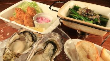 「広島」と聞いて思い浮かべるのは牡蠣やお好み焼き。 でも「尾道」は? あまり想像が浮かばない方が多いかもしれませんね。  近年観光客が増加している尾道で、おすすめのグルメをご紹介します。 瀬戸内海に面した街なので、シーフードも楽しめますし、尾道水道を眺めながらご飯を食べられるスポットも多いんですよ。