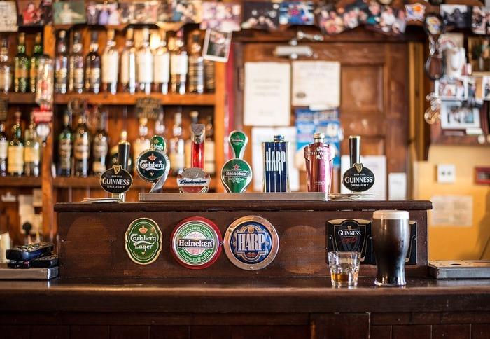 深い味わいと香りが魅力のウイスキーは、大麦、ライ麦、トウモロコシなどの穀物を原料に作られる蒸留酒です。原料が同じお酒のビールを蒸留したものがウイスキーなんです。
