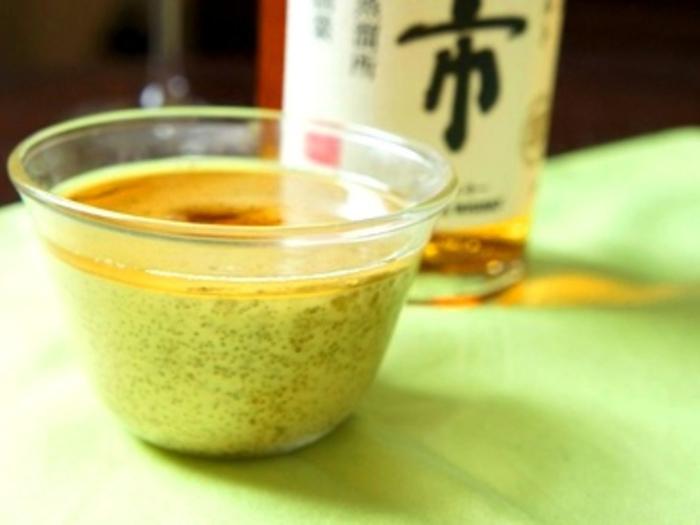 濃厚な抹茶豆乳プリンに、ウイスキーシロップをとろりとかけたデザート。