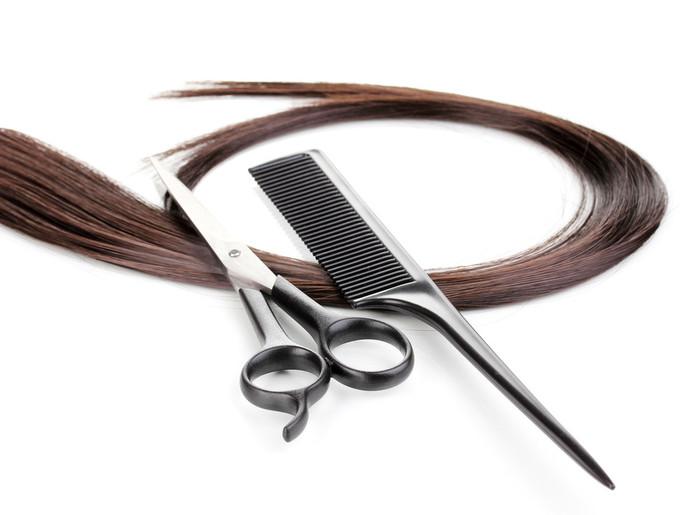 まずは「はさみ」。これがなくては始まりませんね!ヘアカット用の、切れ味の良いものを選びましょう。初心者の方はすきばさみは避けたほうがよいでしょう。  コームがあるとよいでしょう。カットする前に前髪をコームでよくとかしておくと、切りやすくなります。