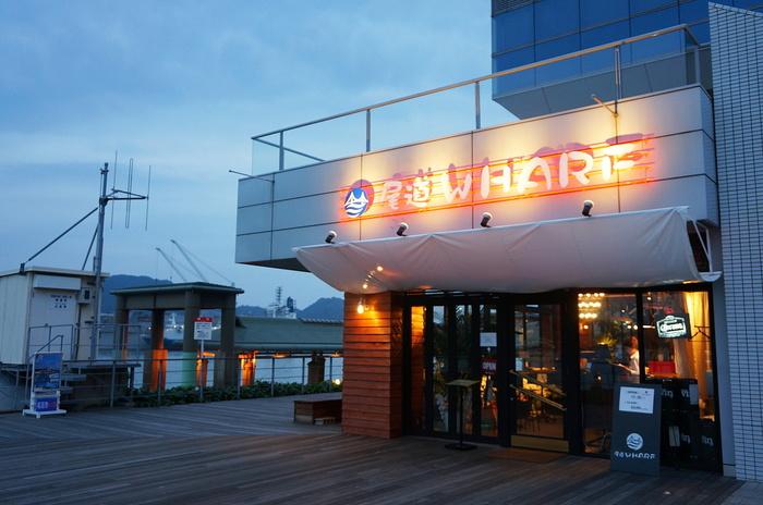 尾道駅前に位置するアメリカンダイニングレストラン。  牡蠣をはじめとした魚介類やおいしいパスタなどが楽しめますよ。