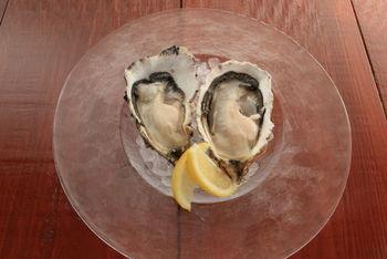 牡蠣は、各テーブルにある注文票で注文をします。 産地別にお好みの牡蠣・調理法を選んでみましょう。