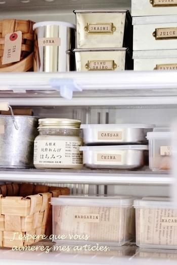 とても冷蔵庫とは思えないくらいお洒落な雰囲気ですね!収納ケースとして使用しているのは、ほとんどが100円ショップのアイテムなんだそうです。ナチュラル素材の可愛いカゴ&ブリキケースをとても上手に活用されていますが、中には一体どのような食品を収納しているのでしょう?