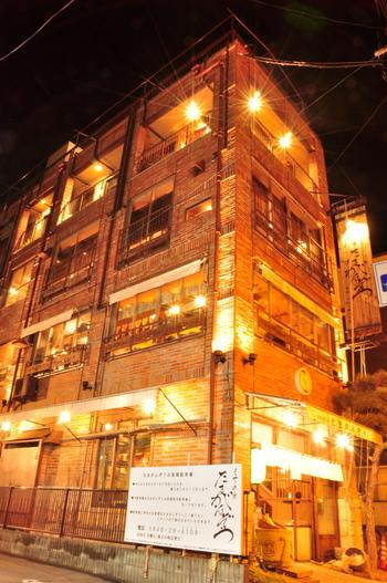 海沿いの通りにそびえ立つ、古い煉瓦造りの外観の居酒屋さんです。 尾道駅から歩いて10分以内の場所にあります。  あなごのひつまぶしや、新鮮な魚介の料理が楽しめるお店ですよ。