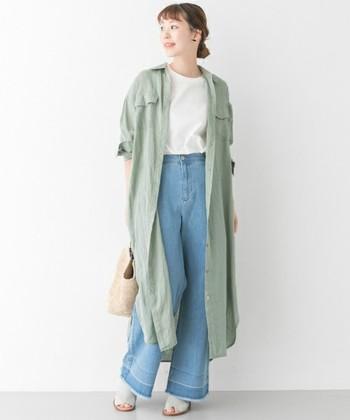 初夏の緑を思わせる「グラスグリーン」のリネンシャツワンピース。1枚でワンピースとして着ても決まるアイテムですが、さらりと羽織る重ね着スタイルもおすすめ。  INには白トップス、ボトムはライトブルーのワイドデニムをチョイス。羽織るだけで、紫外線を防いでオシャレ感がアップするので、今すぐ取り入れたいですね。