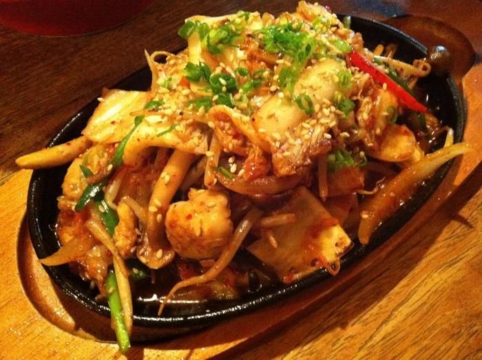 牡蠣のキムチ炒めなど。  他にも、新鮮な魚や季節の野菜を使った創作料理がたくさんありますよ。