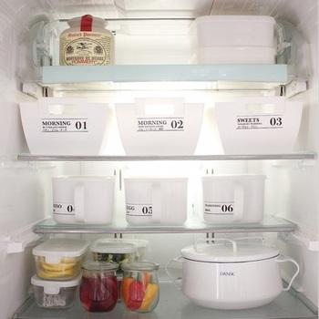 白一色の清潔感あふれる冷蔵庫に並ぶ、シンプルでおしゃれなプラスチックケース。気になるその中身とは…上段右側のダイソーの容器にはコーヒー豆&お菓子作りの材料、2・3段目のケースには朝食用のジャムや調味料類が収納されています。一番下の段は、ガラス容器に入れた常備菜&スープ鍋の収納スペースとして活用しているそうです。それぞれの収納ケースはラべリングされているので、中に何が入っているのか一目で分かりやすいですね☆