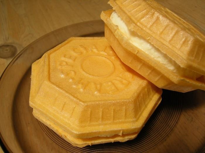 一番人気はこちらの「アイスモナカ」。 ぱりっとしたモナカとふんわり、優しい甘さのたまごアイスは最高ですよ。