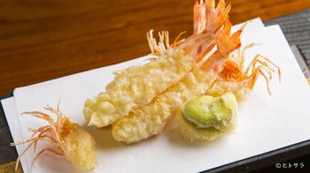 こちらは、ミシュランガイドで何度も2つ星を獲得している日本料理の名店「旬彩天つちや」の天ぷらです。卵は卵黄を使い、衣に炭酸水を混ぜるのがコツだとか。また、かき揚げはかためて入れるのではなく、油の中で一度散らし、あとから丸くまとめるとサクッと揚がるそうです。