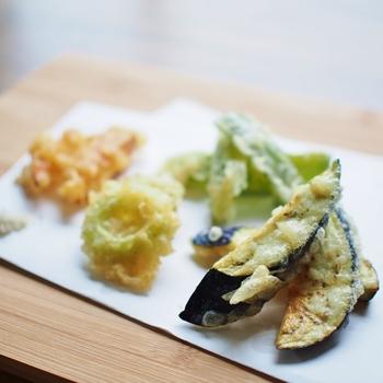 冷蔵庫の中に余ったちょこっと夏野菜で天ぷらはいかがでしょう?夏野菜でお馴染みのゴーヤも、天ぷらにすることで苦味が和らぎます。