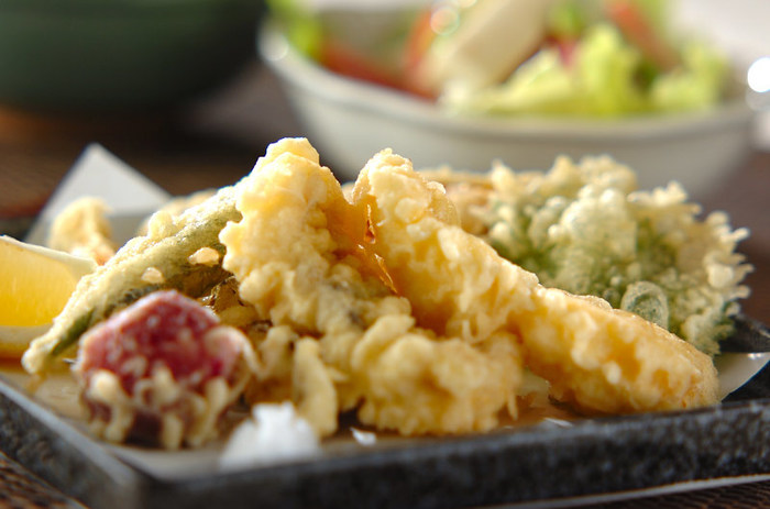 ナスやオクラなど、旬の夏野菜の天ぷらの盛り合わせ。意外な食材「梅干し」の酸味で食欲アップ!