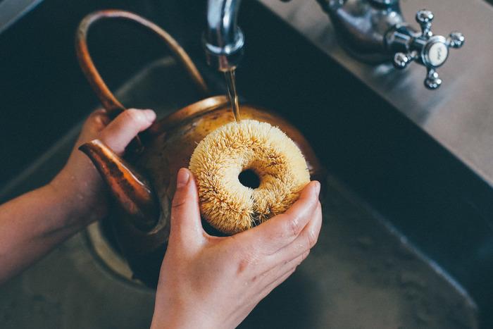 """手のひらにちょうどいいサイズのまあるい""""たわし""""は、面倒なキッチンのお掃除を楽しい気分にさせてくれます。また、可愛いだけではなくとっても機能的。真ん中が空洞になっている分乾きやすいんです。柔らかくて手になじむ優しい使い心地で、スポンジではとりきれない汚れを優しくキャッチしてくれます。"""