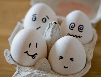 """茹でてからカットまで、ゆで卵作りの必須ポイントをご紹介しました。これまで、茹で具合や殻の剥き方、カットの""""どこか""""で残念なことになっていた方の参考になれば幸いです。見た目のかわいらしさも、栄養価も◎な上、お料理の主役にも、脇役にも、活躍してくれるゆで卵。安定のゆで卵作りを目指してくださいね。"""
