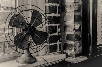 27~28度くらいだとまだ暑いという方は、扇風機を併用してみるのはいかがでしょう。 扇風機を天井に向けて動かすと、部屋の空気が循環するので、冷たい空気がしっかりと巡るようになります。