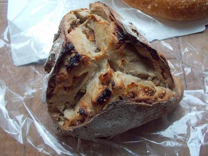 おすすめは、白いちじくとくるみがたっぷり入ったフィグ・ノア。パリっとした表面と、もっちもちの中身が、たまらない1品です。パンは売り切れ次第終了なので、たくさん買いたい方は午前中に訪れてみてくださいね。