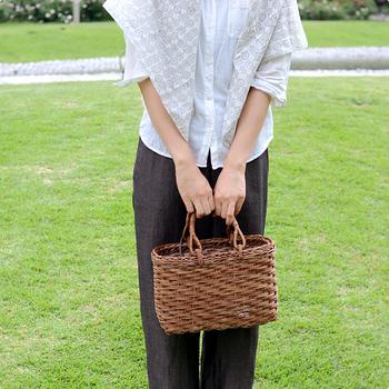 編み方も、並編み、元禄編み、アジロ編みなど30種類以上あり、同じあけびでも変化のある表情を楽しめます。職人の手仕事による美しく洗練されたあけび細工のカゴを、ひとつ手に入れてみませんか?