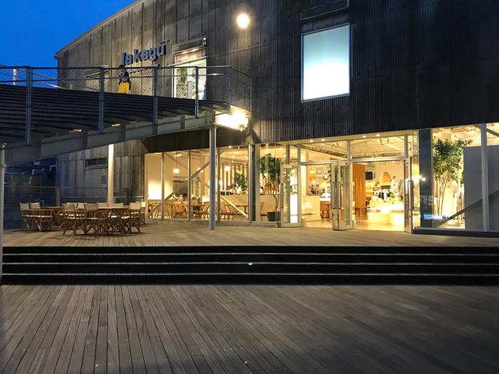 『la kagu』はもともと新潮社の書庫だった建物をリノベーションして作られました。2016年8月にリニューアルした際、京都の人気喫茶『喫茶マドラグ』の東京一号店『LA MADRAGUE』がオープン!