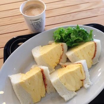 こちらのカフェの名物は「コロナの玉子サンド」。ぽってりと分厚い卵焼きはボリューム満点です。コーヒーと一緒にいかがですか?
