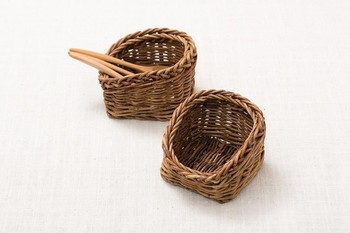 食卓にあけびの風合いはいかが?小さいながらもしっかりと編まれたカゴは、素敵な存在感を放ちます。